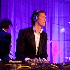 John & Mr. Smith - DJ & Saxofonist Duo - Optreden Gala - Studentenfeest - Bruiloft