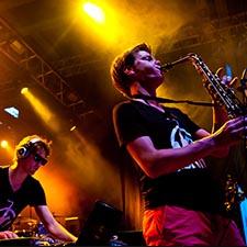 John & Mr. Smith Gala Sax Saxofonist DJ Deejay Bruiloft Boeken