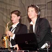 DJ Saxofonist - John & Mr. Smith - Bedrijfsfeest - Studentenfeest - Gala - Bruiloft - Boeken