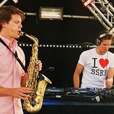 DJ Saxofonist John & Mr. Smith studentenfeest evenementen saxofoon huren offerte