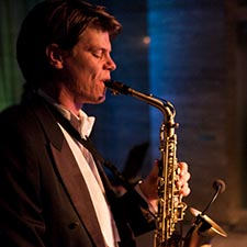 DJ en Saxofonist John & Mr. Smith DJ met sax - Studentengala - Bruiloft Trouwfeest Optreden
